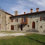 Near Pieve Santo Stefano, this property is a former Priest's house dating back to 1600. Perfectly habitable, it would benefit from some minor cosmetic work. Great views over the surrounding Tuscan countryside.