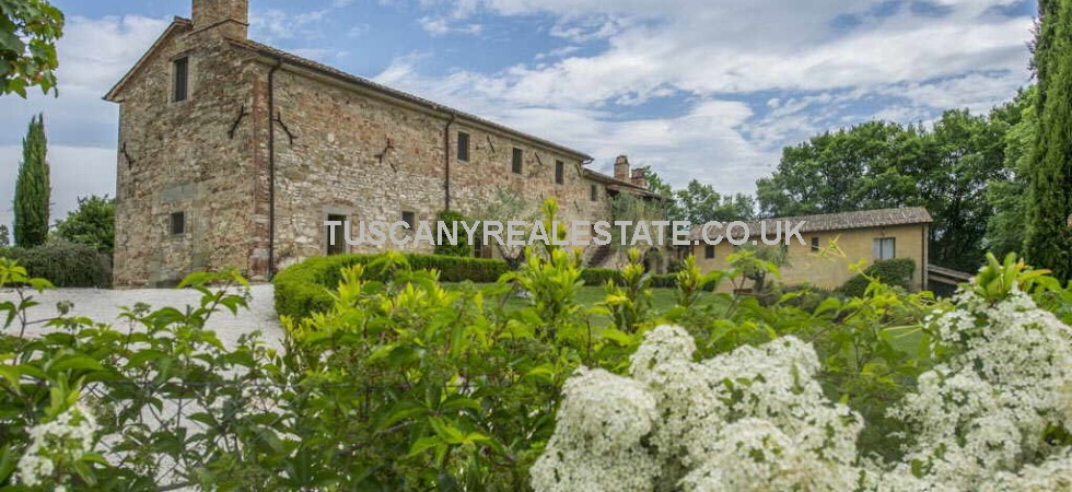 Tuscan villa with guest house for sale.Recently restored using high quality materials, this stone villa is the result of the conversion of a church into a private residence, in 1888.