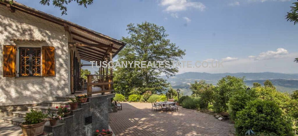 This Caprese Michelangelo Tuscany villa property comprises 3 bed villa with lemon house, pool and garden with superb far reaching panoramic views over the Montedoglio Lake and the Tiber Valley.