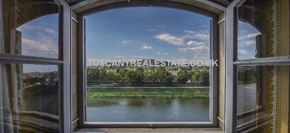 Spacious penthouse in Florence for sale, overlooking the river Arno, with terrace, courtyard, garage and parking space.