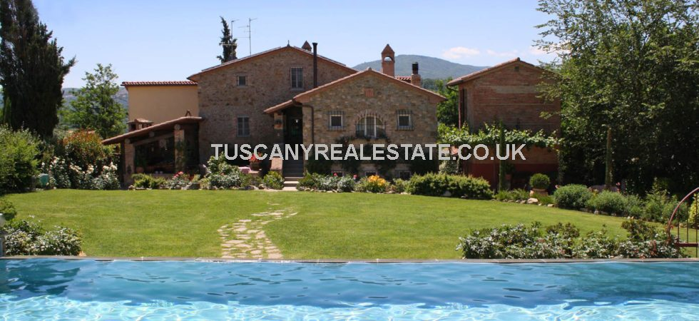 5/6 bedroomed Monterchi property is ideal for horse lovers and anyone who loves gardening. Stables, paddock, pool and gardens in a rural but not secluded location.