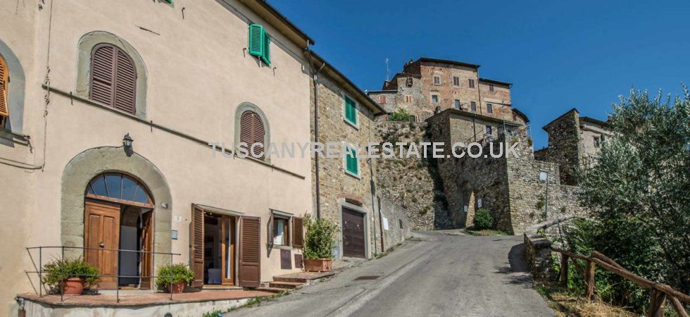 Anghiari apartment property close to the historical centre, great views and features - Brick arches, visible stone walls, old terracotta floors, graniglia floors, wooden beamed ceilings.