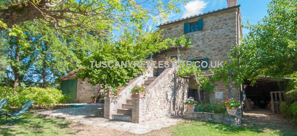 Farmhouse for sale in Tuscany Italy. Fully restored detached 3 bed property with swimming pool.garden, 5.8 hectares land and olive trees. Located on the Tuscan Umbria border in the province of Cortona.