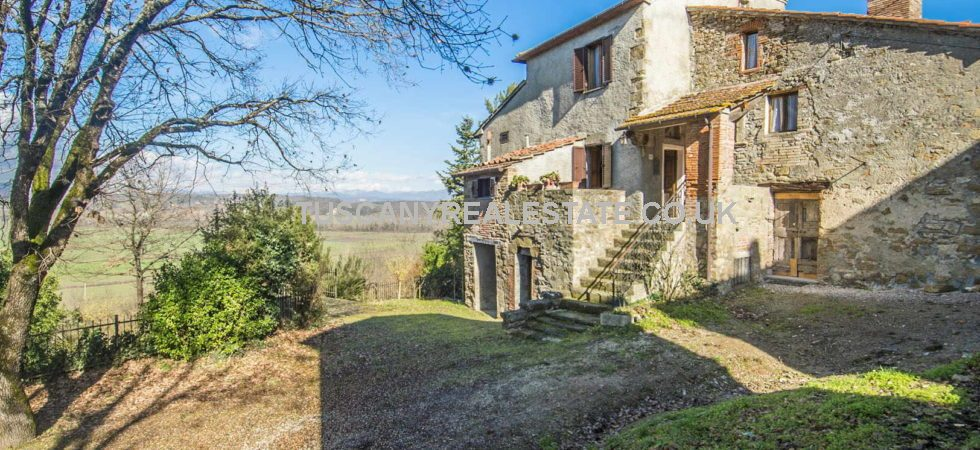 Well priced Tuscan property. Nice countryside fixer upper for sale near to Anghiari. Comprising a 3 bed farmhouse with 5,550 sqm piece of land, including a small vineyard (1,200 sqm. Farmhouse is habitable but would benefit from updating of systems etc and redecoration. Vineyard will need work to bring it back into production.