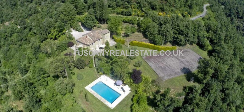 Val Minima Cortona farmhouse for sale which has recently been renovated retaining traditional external Tuscan features and architecture with swimming pool and tennis court and internally transformed into a stylish, light, bright and airy large 6 bedroomed home.