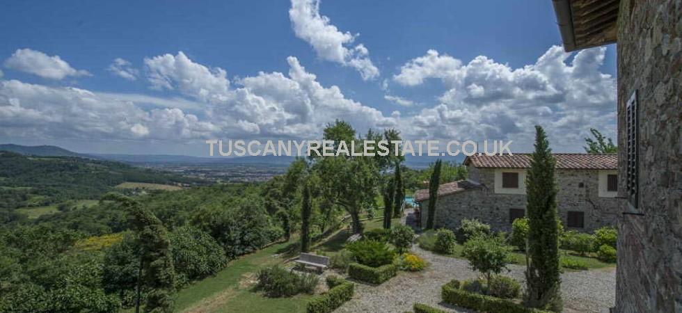 Sansepolcro, Tuscany. Restored farmhouse plus 2 apartments, land, swimming pool, olive grove and pitch and putt golf course.Super panoramic views. This fantastic property for sale is ideal as a home and/or small bed and breakfast or used for holiday rentals.