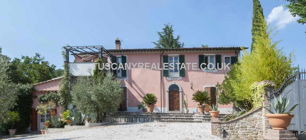 Umbria villa with pool for sale. Restored, 4 bedrooms, a magnificent view and boasts a perfectly maintained park of one hectare (2.47 acres) with fabulous pool. Close to the Tuscany Umbria border and the villages of Citerna and Monterchi.