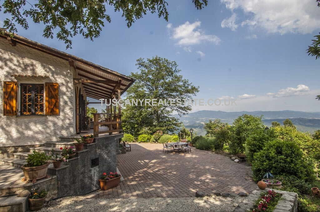 Tuscany property with lake view