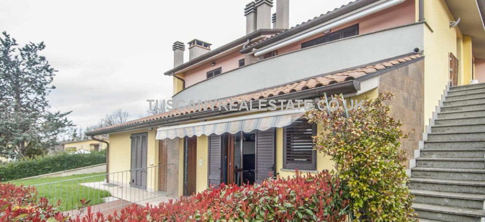 San Guistino real estate comprising an almost new 2 bedroomed apartment with garden and double garage. Good residential location near to the San Guistino town centre.