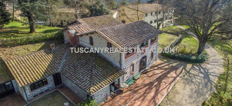 Country house and estate for sale in Tuscany, near to Bibbiena. Villa, apartments, restaurant, 56.16 hectares (139 acres) with arable land, grazing land, woodland, gardens and lake.