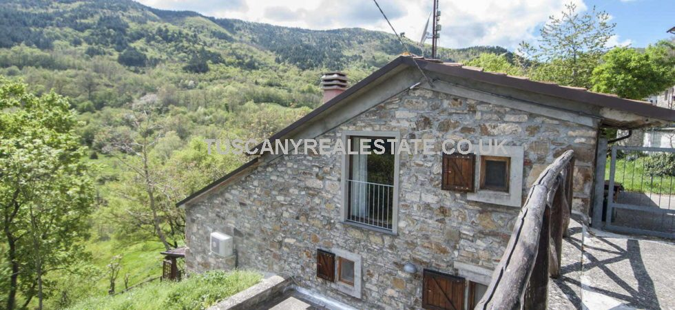 Cheap house for sale in Italy Tuscany, located in a peaceful and quiet location near to Pieve Santo Stefano. This stone semi detached house is in good condition.