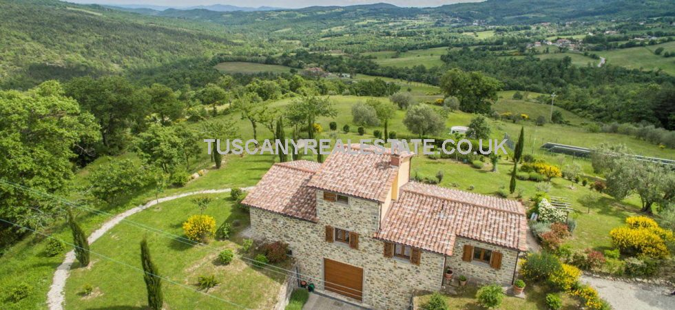Rarely available, newly built farmhouse near Caprese Michelangelo. Detached 3 bed property with well maintained garden, olive trees and a 3 car garage.