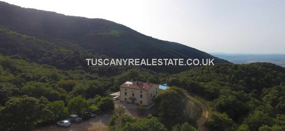 Large (7bed) Maremma country property close to the sea. Scarlino harbour is 10 km from the property, Punta Ala, Follonica, Cala Violina and Cala Martina are 10-15 minutes drive.