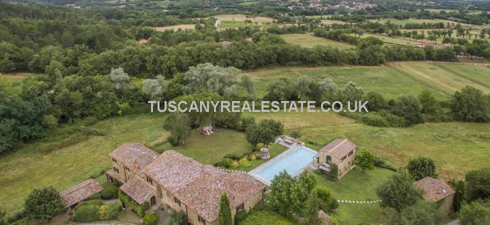 9 Bedrooms overall. Valdambra Tuscany large villa which has been subdivided into 5 independent apartments with pool house, dependance, swimming pool and land.