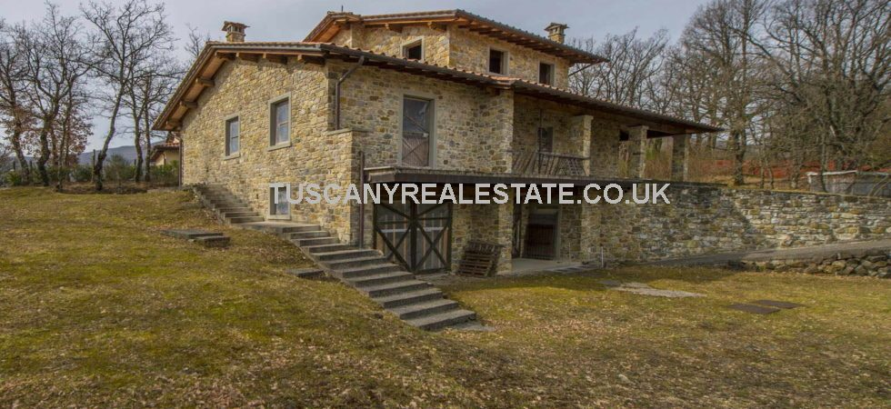 Tuscan Villa with potential located 2 minutes from Caprese Michelangelo. Property which will be of interest to investors, speculators as well as private buyers. Newly built 4 bed vill on 1000sq plot. needs finishing works.