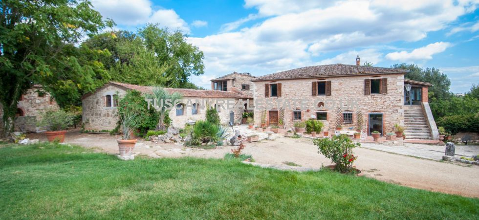 Could this property near to Rapolano Terme, Siena, be your Rustic Italian dream home? Needing some work, this part restored property is made up of 3 buildings