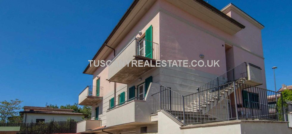 Cheap property for sale in Tuscany Italy, located in a quiet residential part of Anghiari. Comprising a modern 2 bed apartment with 2 car garage ideally located in walking distance to the historical centre of Anghiari.