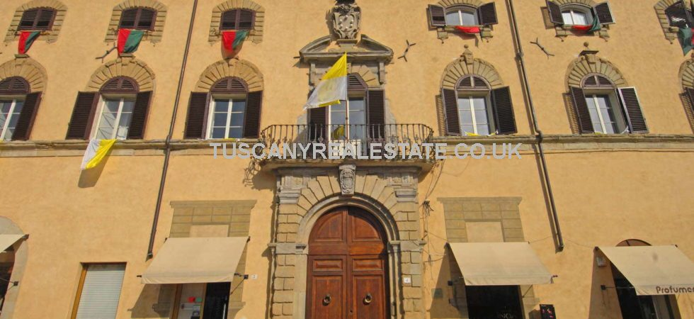 Interesting Sansepolcro property for sale. Located in the centre of this medieval walled town, a 111 sqm apartment inside a historical building overlooking the main square. Currently with one bedroom but possible for up to 3. Ideal home or holiday rental investment.