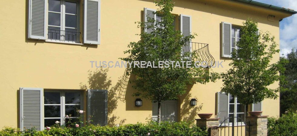 4 bed Tuscany Villa for sale in Italy with pool and large garden. On the edge of a small town near Casole d'Elsa in the province of Siena, a good central position in Tuscany making the majority of major towns and cities no more than an hours drive