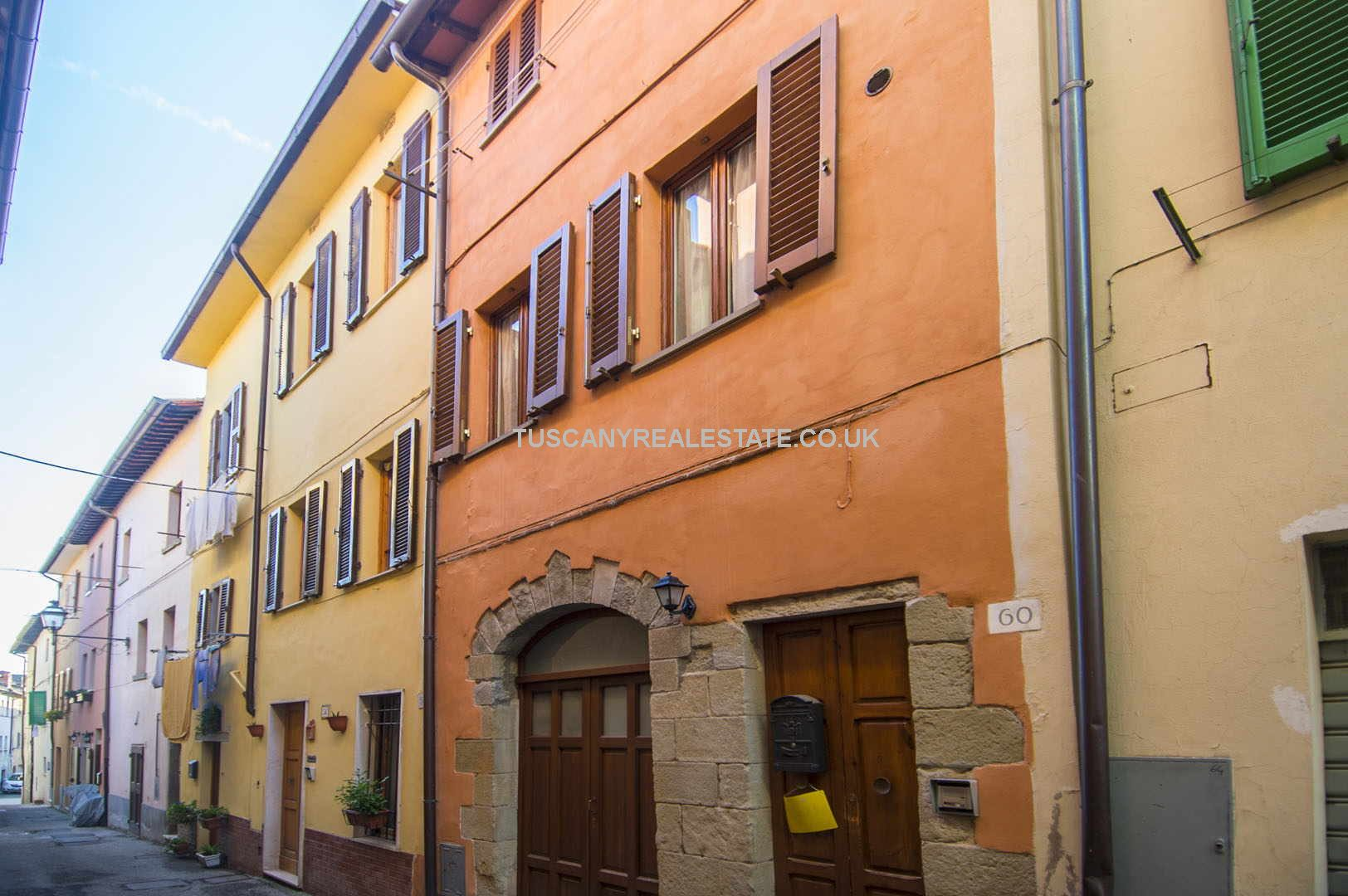Town house for sale in Tuscany. Restored traditional townhouse property located near the main square in the Medieval town of Sansepolcro. One bedroom but possible for two. Ideal permanent or second home or holiday rental use catering to the Tuscan tourist trade.