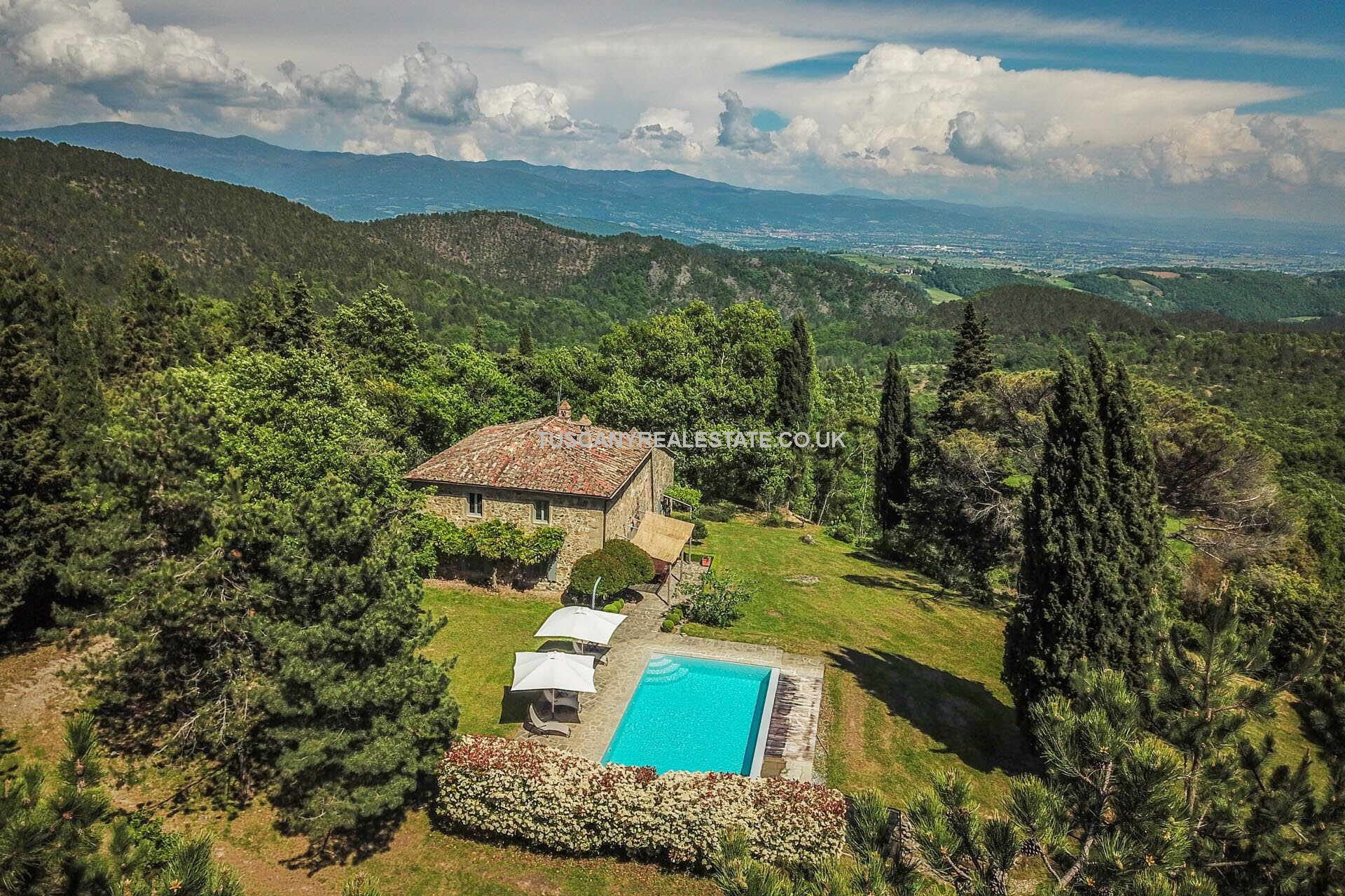 This farmhouse for sale in Italy should certainly be on your viewing list. Located in a quiet rural location near to Anghiari in Tuscany, the property has been fully restored has 5 bedrooms, swimming pool and great panoramic views. Traditional Tuscan style, features and home