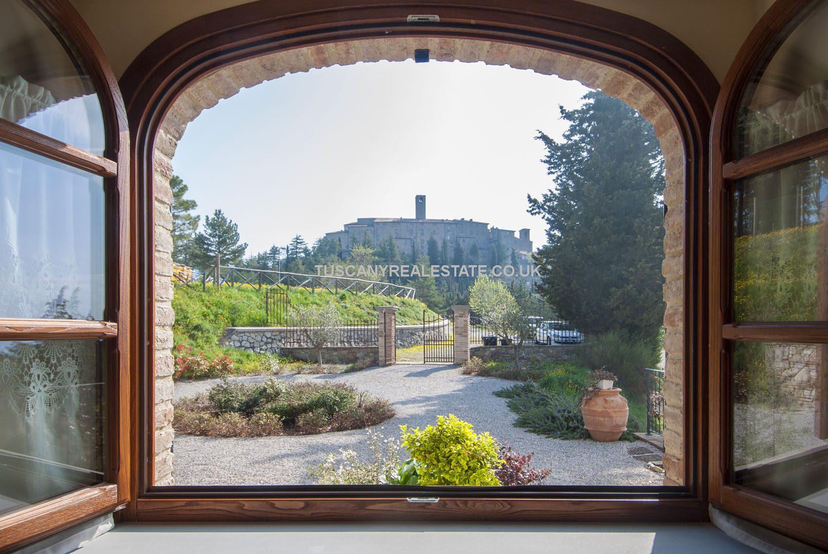 Newly built 4/5 bed farmhouse home, built in traditional Italian architectural style with modern features and comforts. Fantastic views.