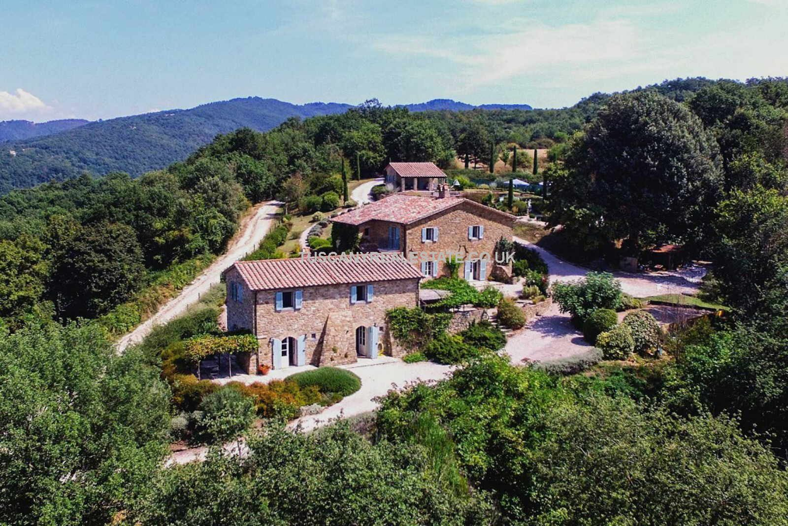 Umbria Farmhouse with guesthouse, studio, swimming pool, gardens and 16 hectares of land